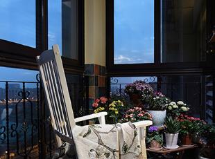 在阳台上堆满了女主人葳蕤的花圃,闲暇时候,女主人会在阳台的摇椅上拿本书伴随着摇椅的荡漾,静心读书;或是盛一壶水,浇灌花草,悠闲地度过一天。,