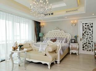 主卧室依旧沿袭了清新自然的风韵。花瓶摆放和植物装饰图案相映成趣,家具却选用了非常温和的米色系,使空间的静谧舒适度大大提高——大面积的落地窗使得室内光线充足,