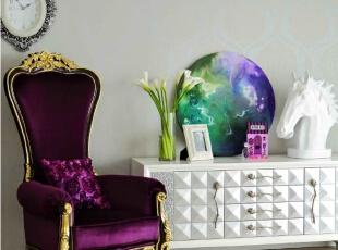 柔软皮草床盖的使用,更能满足业主内心深处的浪漫情怀。浮雕印花衣柜和暗纹壁纸互成呼应,增加了室内空间的和谐度,也使得贵族气息毫不浮夸。,