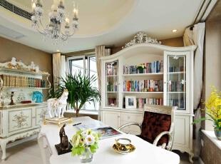 屋内配饰时刻体现着业主对于马的偏好,书房也不例外。纯白色的欧式书柜和桌椅,让阅读的世界都安静了下来,细致的纹路装饰让整体效果略带浪漫风情,一如主人的生活态度,简约而不简单。,