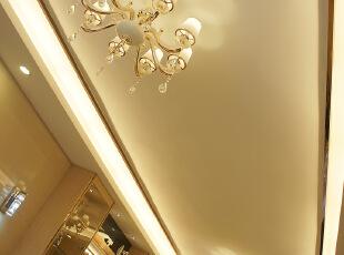 天花的整体拉伸,使原本不高的楼层的空间得到延伸。,