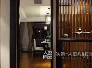 一进门就看到香道室,间隔分明的木制线条不仅起到了隔断的作用,也使整个空间更有层次感。,