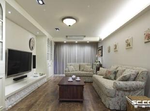 白色天花板搭配白色电视墙与壁面,就连收纳柜也不例外,透过大面积的白色调系,凸显简约宽敞空间。,