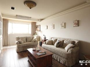 利用不同材质地板界定空间,玄关与客厅的地板分别使用石材与木质铺贴,也为空间带来层次感。,