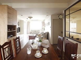 透过通透的空间设计,援引自然光入内,融入花卉元素的家饰,呼应乡村风格展现生命力的设计。,
