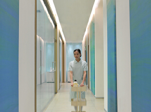 有人说,美,是寻找一种平和。对称设立的隐藏光带实是设计师在空间中不断探讨的平衡法则,以此传递出沉静稳妥的安全之感。单调的白色墙壁未免过于冷清惨淡,于是巧用硬包版画进行装饰,当温润的蓝漫延过整条走廊,仿佛渐变的天空般澄澈爽朗。,
