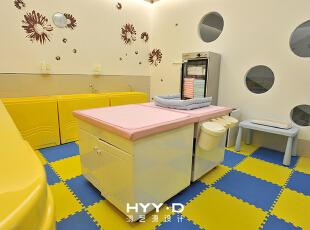鲜艳的色彩对新生儿有一种强烈的吸引力,能够刺激新生儿对色彩的辨识能力,设计师选取柠檬黄和天空蓝作为婴儿游泳抚触室的主色调,贴近自然的颜色把空间装点得活泼清爽,圆润的家私边角处理,避免了磕碰危险,保障新生儿安全。 ,