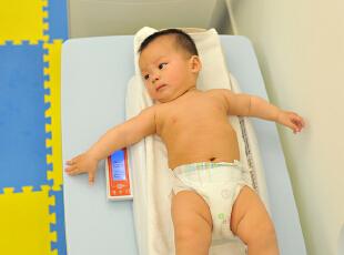 爱他,就给他最好的!宝宝的身体防御系统发育不够完善,它的新陈代谢较快,也较为好动,呼吸频率自然就快,因此,空气中的污染物对宝宝的健康影响甚至超过成年人。在室内设立空气净化器,给宝宝最好的空气品质。,