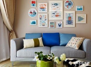 由于女主人不喜欢北欧风的装饰画,取而代之,沙发的背景墙用了小清新的挂画和摆设,所以这个家最终成为了北欧混搭风。,