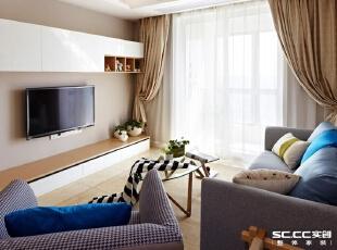 浅米色的地面砖百搭又易于打理,还适用于地暖的铺设,只是略显冰冷,在茶几下铺设了地毯,中和了那种硬朗的冰冷感觉,浅浅的绯色墙面也带着那种小温暖。,