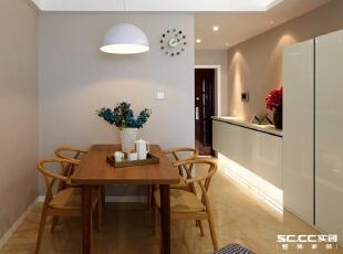 客厅的另一头是餐厅,靠着进门处,原色实木的餐桌和餐椅,伴随着中式家具的自然古朴,还原最真实最纯真的质朴。,