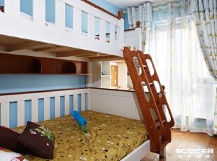 儿童房宽度比较窄,面积也比较小,所以床就选择了南北放,选上下床是考虑偶尔父母来住。主卧与儿童房之间的墙体拆除了,利用原来的墙体位置做了儿童房的收纳柜。,