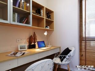 小入户花园做了书房,小夫妻俩都对书房有需要,改装后使得两个人可以同时用的书房,相伴阅读。,
