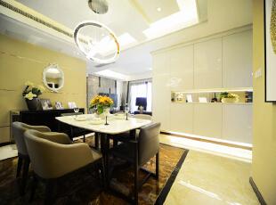 餐厅部分异形的吊顶加之个性的吊灯暖黄色的色调让整个用餐环境温馨而浪漫。,