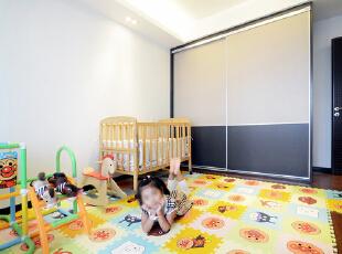卧室区域仅用了简单的软包装饰没有过多的装饰,让整个空间显得温馨而宽敞。,