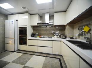 橱柜的一体化设计加之大理石的色彩搭配让本是不大的厨房空间显得格外宽敞。,