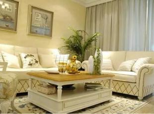 米色的墙面搭配白色的沙发布艺,整洁清爽,周末一家人窝在沙发里,如此惬意。,