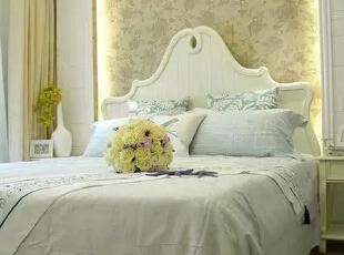 灯光下的花纹壁纸背景墙,使卧室更显舒适、淡雅。,