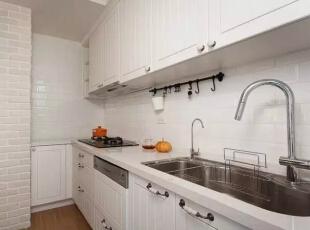 白色复古砖,增加了厨房的格调,烹饪空间也显得十分精致。 ,