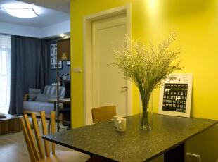 """餐厅的主色调运用暖黄色,一方面为了区分客餐厅的空间位置,增加空间的层次感,另一方面设计师想要通过颜色给居住者带来一个安静舒适的就餐环境,恰巧暖黄色也呼应""""午后阳光""""这个设计主题。,"""