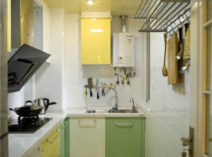 对于三口之家来说厨房是油烟重地,在满足基本的使用前提下,用橱柜来丰富颜色,不同颜色的柜门板相互穿插,给烹饪带来几分乐趣与童真。,