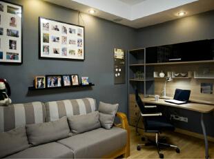 """客厅以现代的灰色与自然的原木本色为主色调,现代而又不失自然和谐,现代简约的造型与家具相互呼应,体现出设计师倡导的""""轻装修重装饰""""的设计理念,用软装配饰来取代繁琐的造型,既经济实用又环保自然。,"""