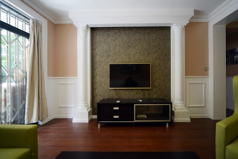 客廳半腰石膏線的設計突出了本案北歐混搭的風格