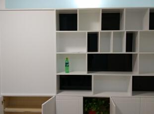 卧室与客厅的隔断储物柜,展示柜.上方用磨砂玻璃已保证采光.图片