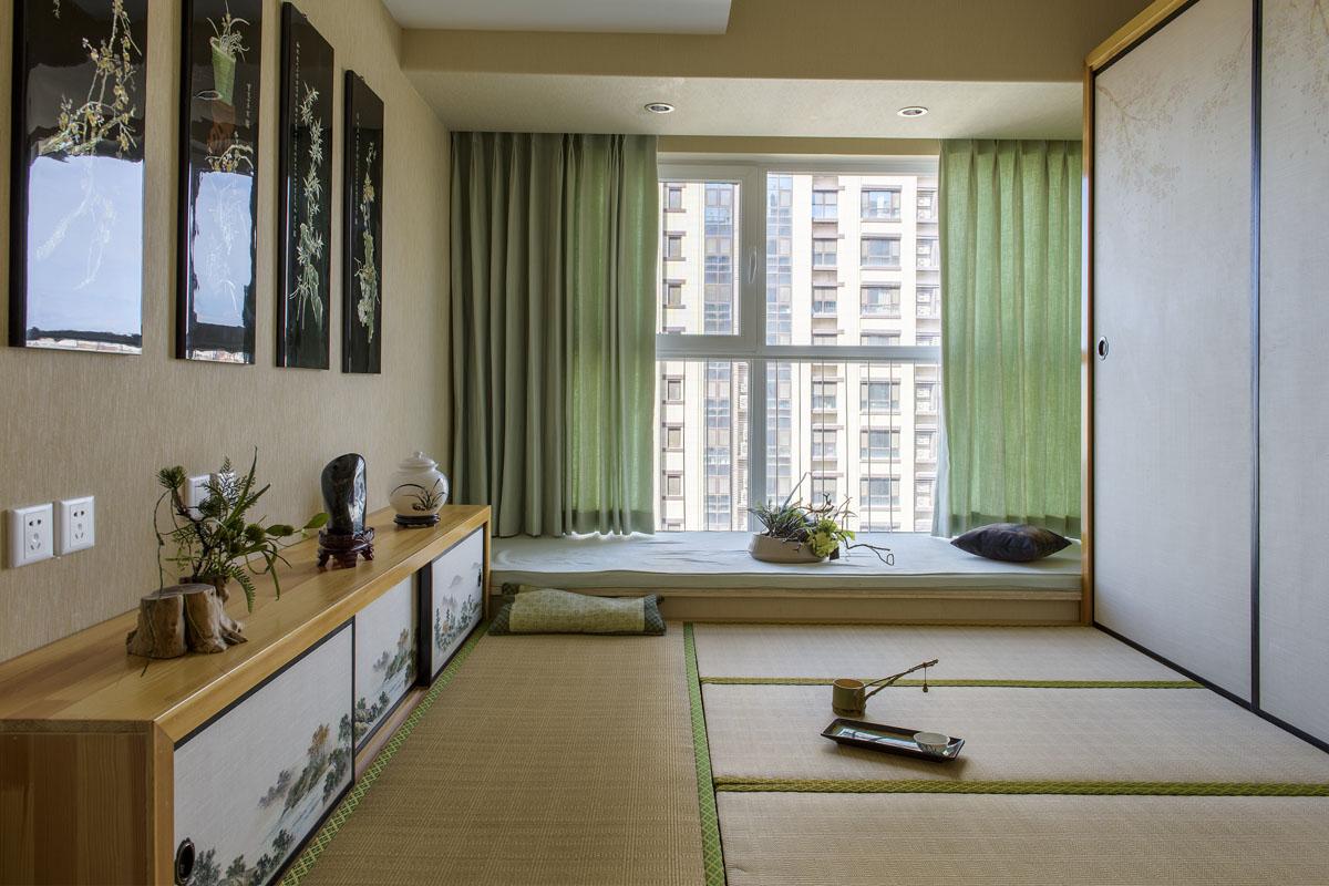 卧室装修设计根据业主需求,做了一个炕.