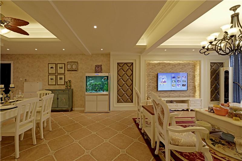 案例主要材料:水性硅藻泥、仿古砖、墙纸等 本案工期:80天 设计说明:此设计方案倾向于简约欧式田园风格,将古典的繁复雕饰经过简化,并与现代的材质相结合,呈现出古典而简约的新风貌。米黄色的墙面乳胶漆、白色的门及套,碎花布艺欧式家具,使色彩看起来素雅、端庄、舒适、大方,整个空间给人简洁、明亮的通透感,自然而温馨。
