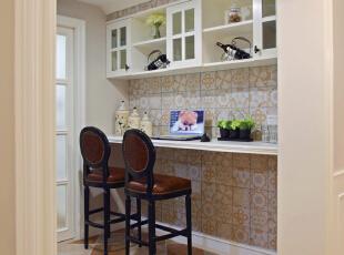 既是水吧台又可办公,闲暇时打开电脑,听着厨房间锅碗瓢盆谱写的乐章图片