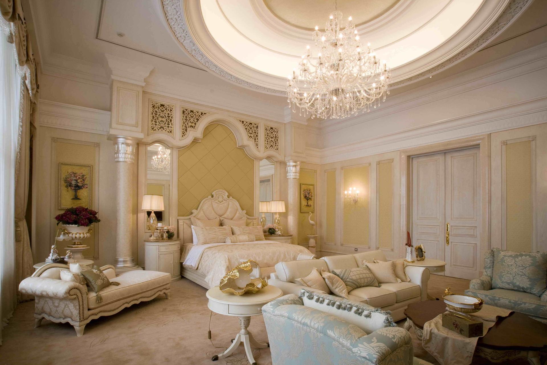 主卧全景,床头背景墙,厚实而精美的石膏线条和护墙板都显示出一种温馨