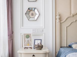 主卧室床头采用了护墙板与软包相结合,配以浅色的床具,简约大气又不失图片