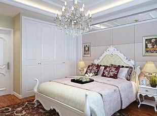 卧室采用白色欧式护墙板和暖色系经典欧式壁纸为背景图片