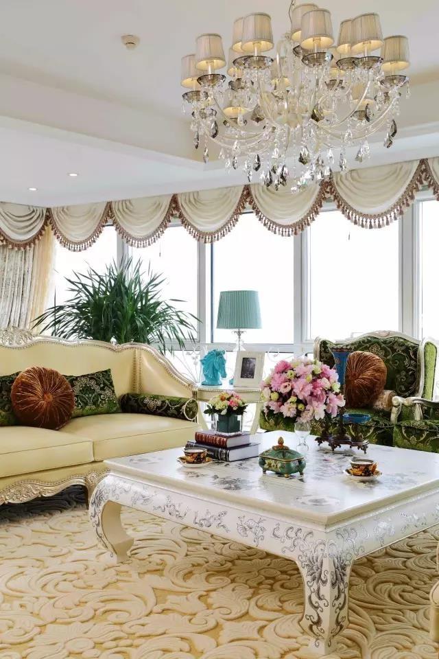 奶黄色和墨绿色的沙发组合特别漂亮,那一抹墨绿让浅色的房间