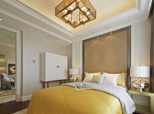 墙纸.浑水木饰面.硬包.不锈钢等材质交织出一系列黄金比例面,鹅黄色床品及灯具使得卧室倍显清新高贵。,卧室,春色,白色,墙面,灯具,