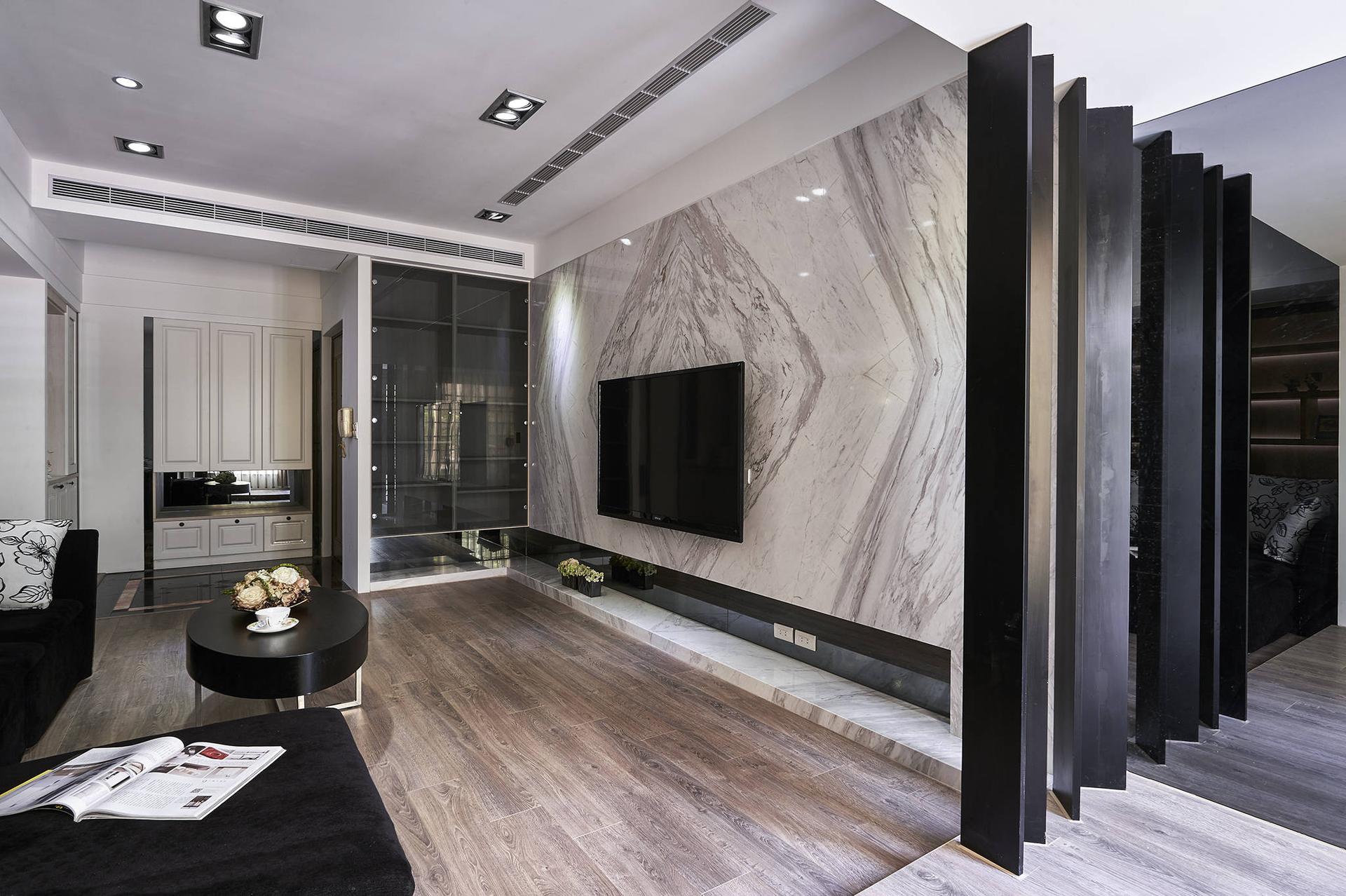 设计师展现深厚的美感涵养,在喧嚣的都会中创造一处心灵居所,并透过与屋主的沟通及观察,为这间拥有19年屋龄的老房子,重新创造源源不绝的生命力。其装修的重点,除了在水电管路部份全部淘汰换新,也将客厅及书房的尺度做调整,让完美的空间规划,串连起生活中每一个需求细节,带给屋主便利及满心欢愉。