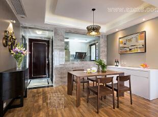 玻璃的设计,增强了餐厅与厨房的互动感,坐在餐厅,就可以看到厨房女主人忙碌的身影。在仿大理石纹路的高级灰瓷砖的陪衬下,现代家具更显时尚气息。,餐厅,