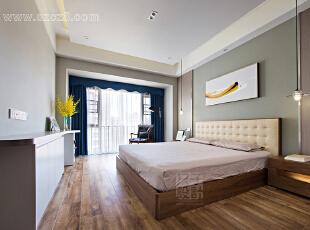 卧室没有做过多的装饰,质朴、清雅,宁静的氛围与简单舒适的布艺塑造出柔和的意境。强质感的宝蓝色窗帘,带来视觉上的跳跃感受。,卧室,