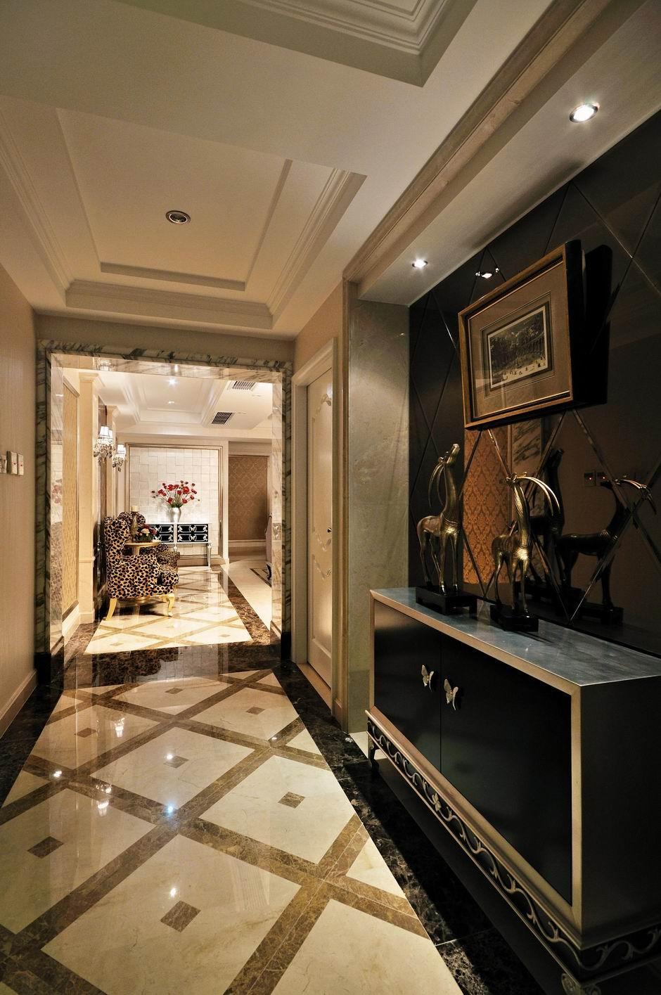比如很多的石膏线条,石材包墙,欧式家具等.