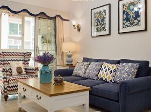 ▼蓝色的沙发与杏色调的客厅相配; 沙发背景设计壁灯,并用两幅挂画装饰,客厅,春色,白色,原木色,蓝色,飘窗,灯具,