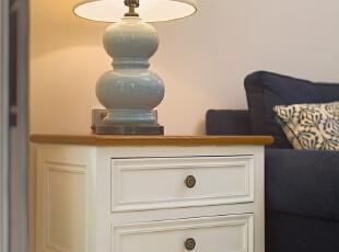 ▼沙发与阳台之间的空间设计边几,收纳小件的东西,客厅,白色,原木色,蓝色,灯具,