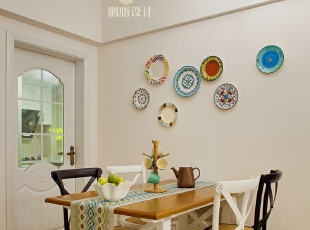 ▼用比较流行的五彩碟来装饰餐厅背景,餐厅,白色,原木色,黑白,餐台,