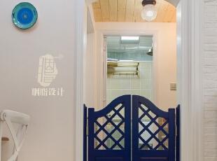 ▼蓝色自由门结合拱型造型的门洞,卫生间,白色,蓝色,过道,