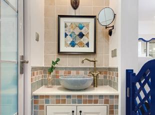 ▼洗手台用砖砌而成,铺贴的多彩色调小砖显得温馨又突出家的味道,卫生间,白色,蓝色,灯具,