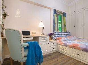 ▼客房采用榻榻米设计 ▼为使空间利用的最大化,在榻榻米下设计抽屉和一排到顶衣柜,卧室,白色,蓝色,窗帘,