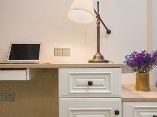 ▼书桌把客房的整个空间连成一个整体,卧室,白色,工作台,