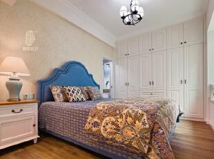 ▼利用主卫门外的空间刚刚设计到顶大衣柜,为这个小户型增加更多的收纳空间,卧室,白色,蓝色,衣帽间,灯具,
