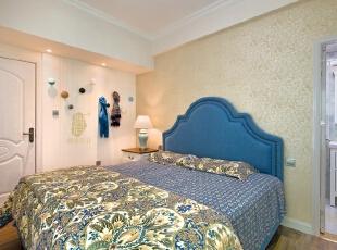 ▼暖暖的灯光配上蓝色的床头靠背显得很温馨,卧室,白色,蓝色,墙面,