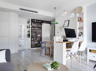 厨房门处的斜角设计,明确空间动线。,客厅,白色,原木色,墙面,收纳,灯具,工作台,